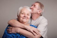 Um amor, par sênior considerável Fotografia de Stock