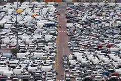 Um anúncio publicitário do porto com muitos carros Imagens de Stock