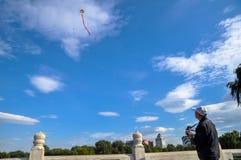 Um ancião está voando o papagaio Fotografia de Stock