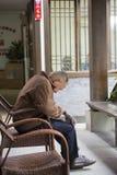 Um ancião no jornal Fotografia de Stock