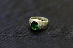 Um anel de pedra preciosa é uma joia bonita em um pano preto fotografia de stock royalty free