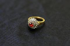 Um anel de pedra preciosa é uma joia bonita em um pano preto fotos de stock