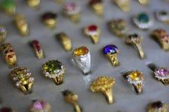 Um anel de pedra preciosa é uma joia bonita em um pano preto imagem de stock