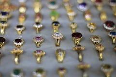 Um anel de pedra preciosa é uma joia bonita em um pano preto imagens de stock