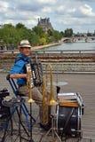 Um anfitrião da faixa do homem no Pont des Arts, Paris França. Imagens de Stock Royalty Free