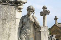 Um anjo de pedra branco velho no cemitério francês Imagens de Stock Royalty Free