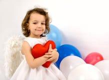 Um anjo do littlel com coração vermelho fotos de stock