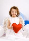 Um anjo pequeno com coração vermelho fotos de stock