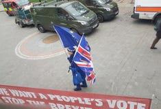 Um anti-Brexit protestador com a UE e as bandeiras BRITÂNICAS fotos de stock royalty free
