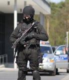 Um antiterrorista readyarmed protege o objeto foto de stock royalty free