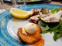 Um aperitivo misturado saboroso de peixes frescos foto de stock
