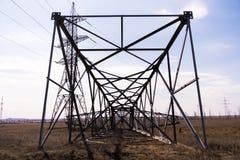 Um apoio novo da transmissão de energia do metal encontra-se na terra imagem de stock royalty free