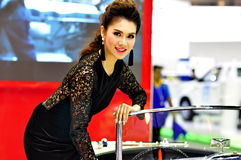 Um apresentador tailandês inclina-se em um MGB no 30o interno Imagem de Stock