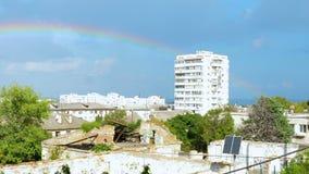 Um arco-íris aparece sobre o prédio de apartamentos filme