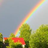 Um arco-íris colorido contra o céu Arco-íris dobro Si do ` s do deus foto de stock royalty free