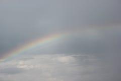 Um arco-íris em um céu Imagens de Stock