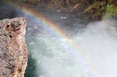 Um arco-íris nas quedas mais baixas em Grand Canyon do Yellowstone fotografia de stock royalty free