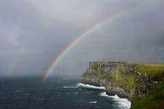 Um arco-íris sobre os penhascos de Moher na Irlanda fotografia de stock royalty free