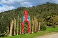 Um arco brilhantemente pintado com carvings maori, Nova Zelândia imagem de stock royalty free