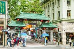 Um arco da entrada (Dragon Gate) em Grant Avenue na rua de Bush em C imagens de stock royalty free