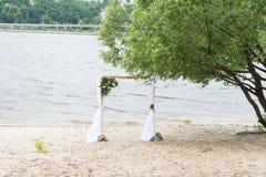 Um arco do casamento com hortaliças e peônias e rio no fundo foto de stock royalty free