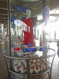 Um armário de vidro com os símbolos das confederações coloca 2017 e o campeonato do mundo 2018 de FIFA, com um manequim sob a for fotos de stock royalty free