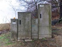 Um armário do dsl do desperdício e da deterioração na natureza imagens de stock