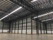 Um armazém é uma construção comercial para o armazenamento dos bens Fotos de Stock Royalty Free