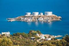 Um armazenamento de óleo principal e uma facilidade terminal, Creta, Grécia imagem de stock royalty free