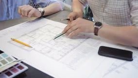 Um arquiteto com uma régua faz um desenho no papel com suas mãos video estoque