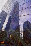 Um arranha-céus do World Trade Center refletido em uma construção de vidro Fotos de Stock Royalty Free