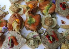 Um arranjo à moda para os convidados do casamento com salmões, presunto, tortas e frutos foto de stock