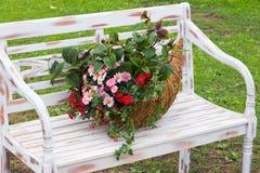 Um arranjo romântico com uma cornucópia encheu-se com as flores Imagens de Stock