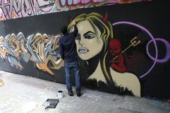 Um artista dos grafittis no trabalho fotos de stock royalty free