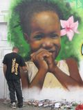 Artista que trabalha em um grafitti Fotografia de Stock Royalty Free