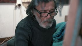 Um artista profissional pinta um close-up da imagem filme
