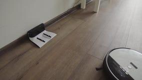 Um aspirador de p30 robótico desliza através da sala de visitas e de umas trações modernas no carregamento 4K vídeos de arquivo
