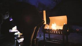 Um assado na noite outro dos cozinheiros do homem brilha com sua lanterna elétrica filme