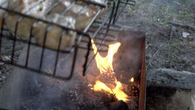 Um assado no ar livre O homem gerencie a grade com a carne suculenta nos carvões Fim acima A vista da parte superior 4K vídeos de arquivo