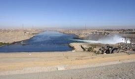 Um Assuan-Staudamm in Ägypten lizenzfreie stockfotos