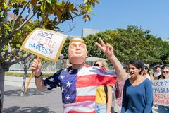 Um ativista que veste uma máscara de Donald Trump fotografia de stock