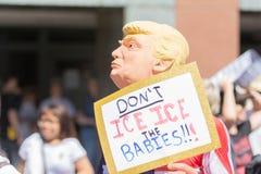 Um ativista que veste uma máscara de Donald Trump fotos de stock
