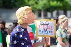 Um ativista que veste uma máscara de Donald Trump foto de stock