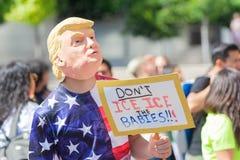 Um ativista que veste uma máscara de Donald Trump fotografia de stock royalty free