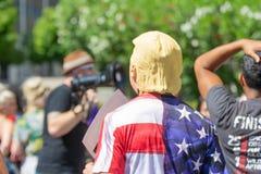 Um ativista que veste uma máscara de Donald Trump imagens de stock royalty free