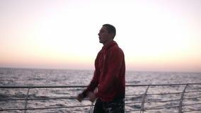 Um atleta aquece-se durante um exercício do amanhecer contratado no encaixotamento O homem caucasiano que exercita, estica suas m video estoque