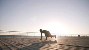 Um atleta aquece-se durante um exercício do amanhecer contratado no encaixotamento O homem caucasiano que exercita, levanta-se do video estoque