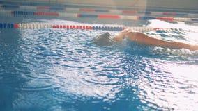 Um atleta nada em uma pista da associação, fim acima filme