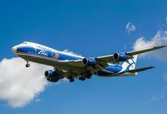 Um avião comercial do jato em um céu azul Imagem de Stock Royalty Free