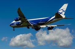 Um avião comercial do jato em um céu azul Imagem de Stock
